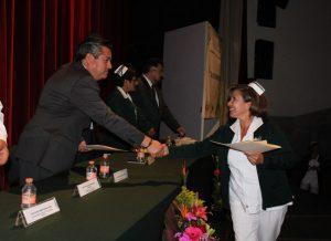 Manuel Ruiz López, delegado del Instituto Mexicano del Seguro Social, entregó los reconocimientos a las y los enfermeros. FOTO: IMSS
