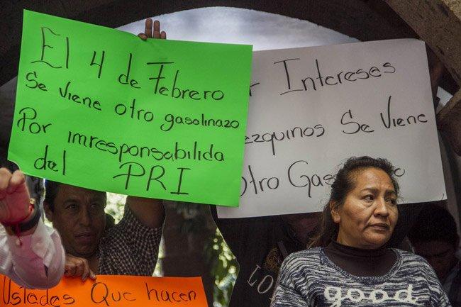 Interrumpen manifestantes rueda de prensa de priistas