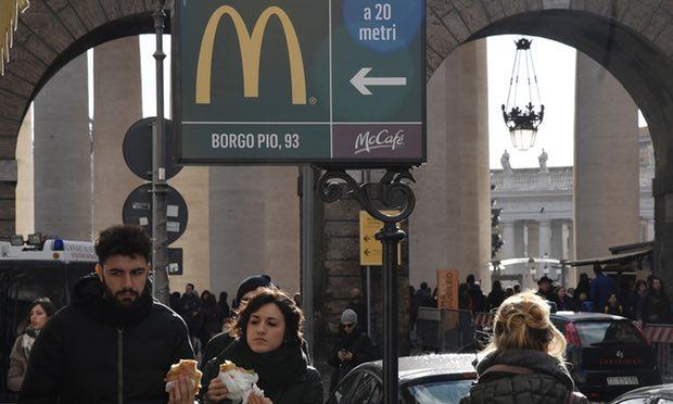 Acusan a McDonald's de usar a pobres para mercadotecnia en Roma