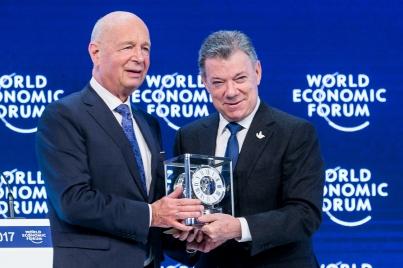 Davos entrega a presidente Santos premio de estadista mundial del año