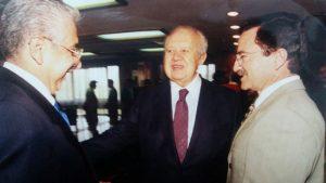 1998: Mário Soares (+), Expresidente de Portugal, acompañado por el exembajador Mariano Palacios Alcocer y el autor de esta columna, Sergio Arturo Venegas Alarcón. FOTO: REVELO