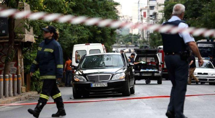 El ex premier griego Lucas Papademos, herido por una explosión en su auto