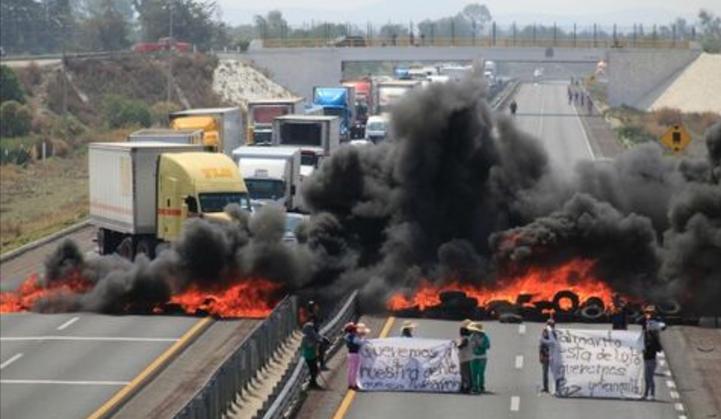 Enfrentamiento entre huachicoleros y militares deja siete muertos.