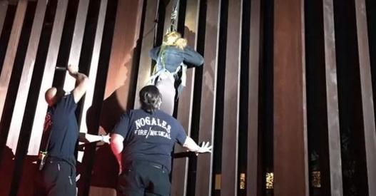 Abandonan a mujer colgando de cerco fronterizo