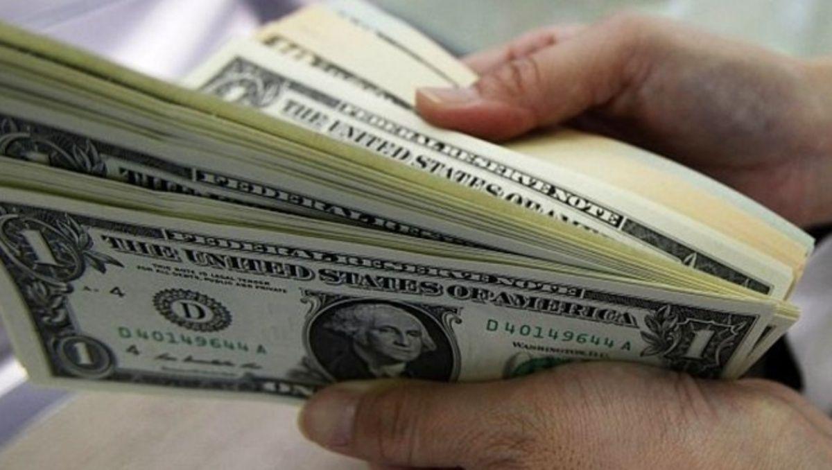Dólar cotiza a la venta en 18.94 pesos en el AICM