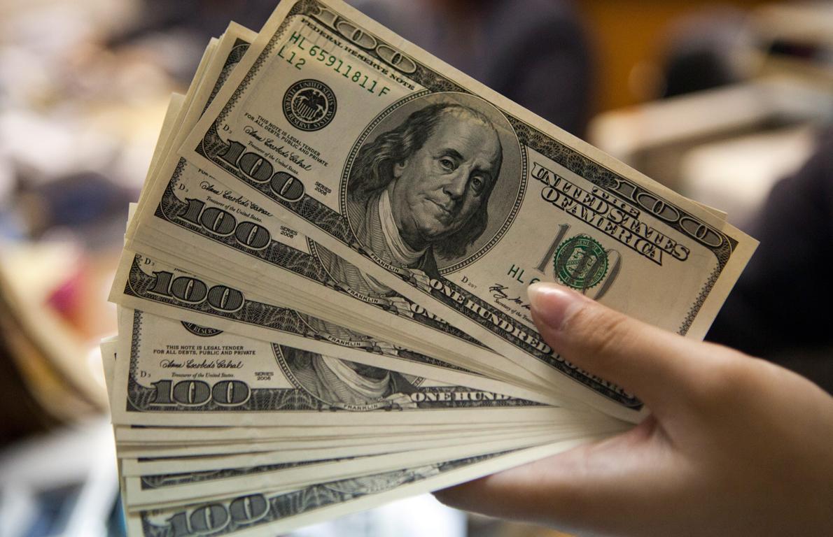 Dólar cotiza a la venta en 18.72 pesos en el AICM