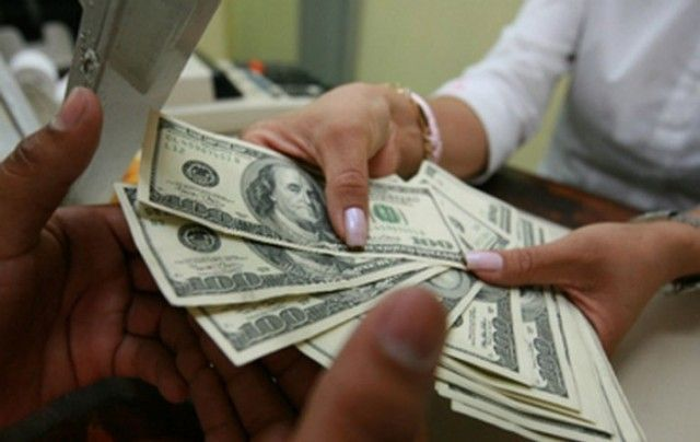 Dólar inicia a la venta en 18.17 pesos en el AICM