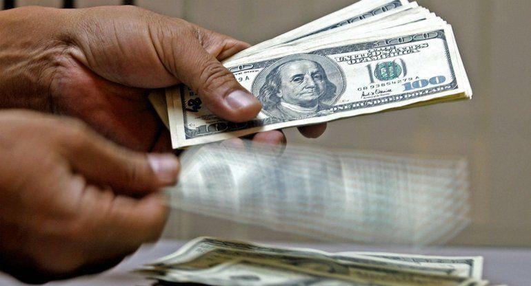 Dólar cotiza a la venta en 18.77 pesos en el AICM