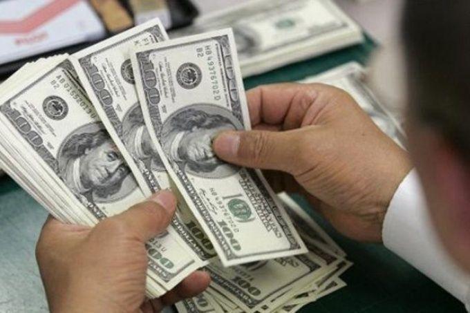 Dólar cotiza a la venta en 18.97 pesos en el AICM