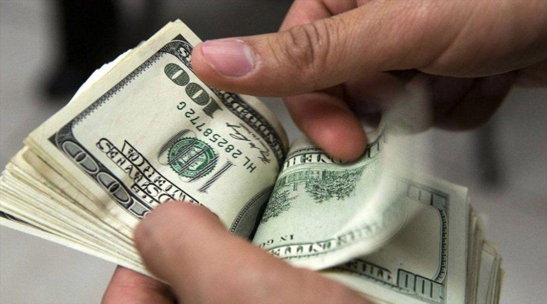 Dólar cotiza en 19.05 pesos a la venta en el AICM