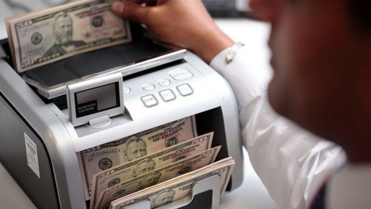 Dólar cotiza en 18.70 pesos a la venta en el AICM