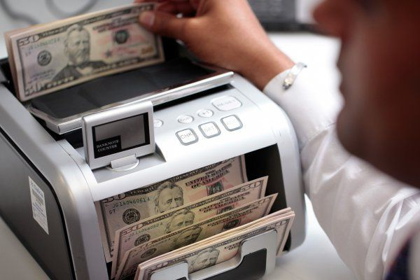 BMV abre con ganancia, dólar cotiza a la venta en 18.77 pesos en el AICM