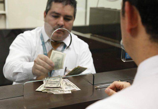 Dólar cotiza a la venta en 18.70 pesos en el AICM