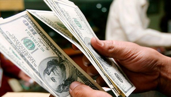 Dólar cotiza a la venta en 18.85 pesos en el AICM