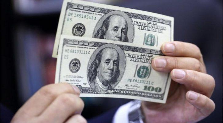 Dólar inicia semana a la venta en 18.64 pesos en AICM, BMV abre con ganancia