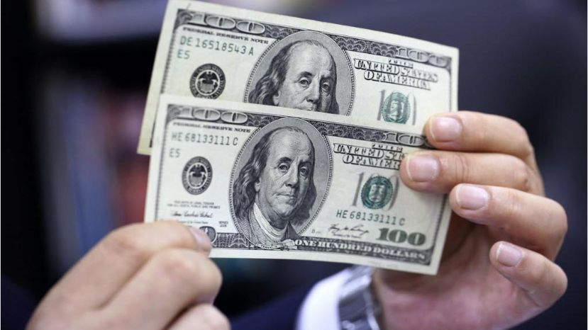 Dólar inicia semana a la venta en 20.30 pesos en AICM