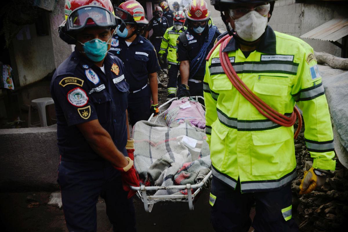 Se eleva a 99 la cifra de muertos por erupción del Volcán de Fuego en Guatemala